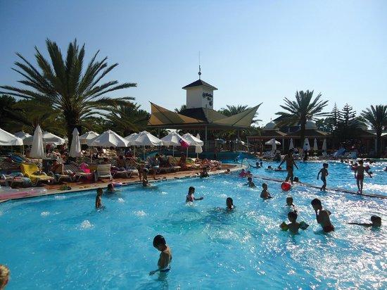 Royal Vikingen Resort & Spa: Full of people..