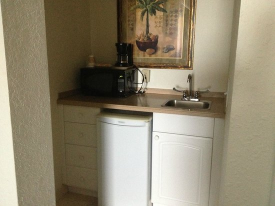 Boca Raton Plaza Hotel and Suites: Small kitchenette