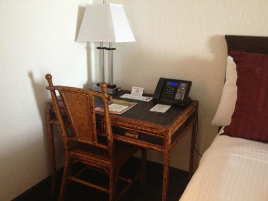 Boca Raton Plaza Hotel and Suites: desk, lamp has electric outlet on it.