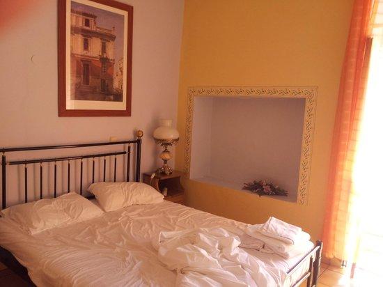 Pension Omorfi Poli: room nice colors but very basic