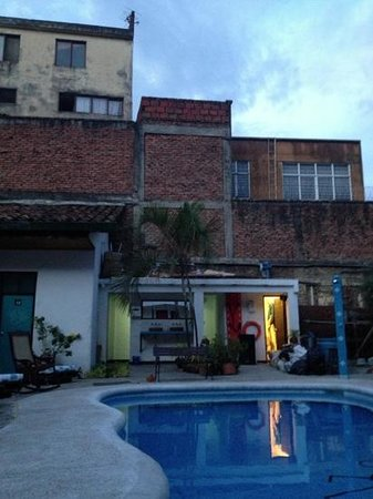 El Viajero Hostel Cali: chill by the pool for dinner