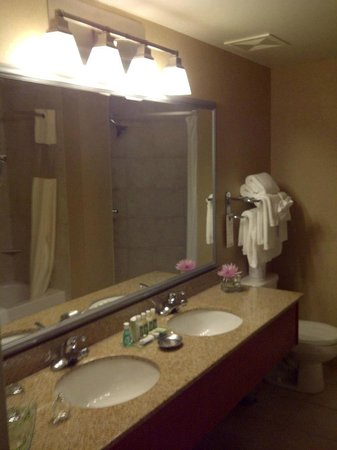 Deerfoot Inn and Casino : Double sink vanity in bathroom