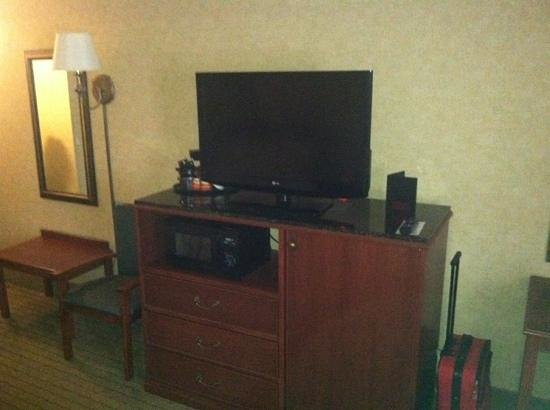 Baymont Inn & Suites Indianapolis South: Flat Screen, microwave, & concealed Micro refrigerator