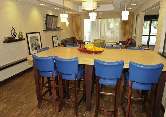 Hampton Inn Chicago/Elgin: Community table in lobby area