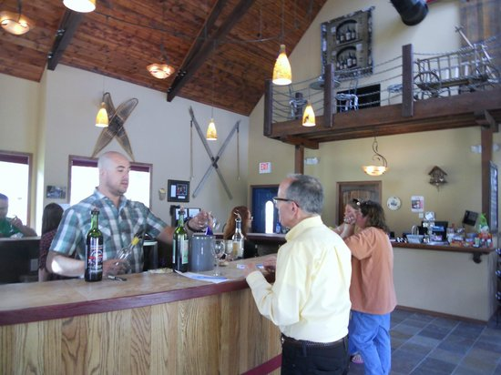 Stone Faces Winery: friendly staff and vibe in tasting room