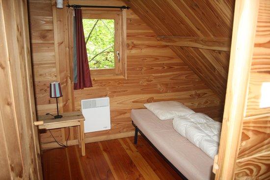 Camping Huttopia Versailles : bedroom upstairs