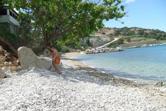 Krk Island, Croazia: spiaggia di ghiaia bianca di Stara Baska