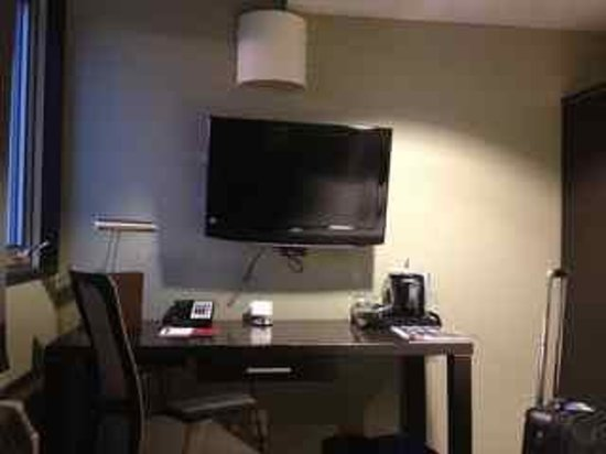 Hotel Alma: TV & desk