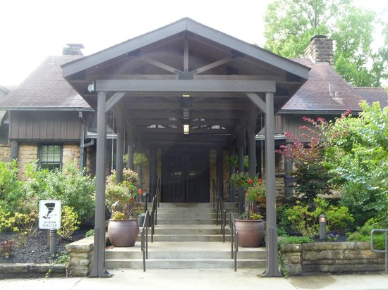 Cumberland Falls State Resort - Dupont Lodge: Dupont Lodge - main entrance