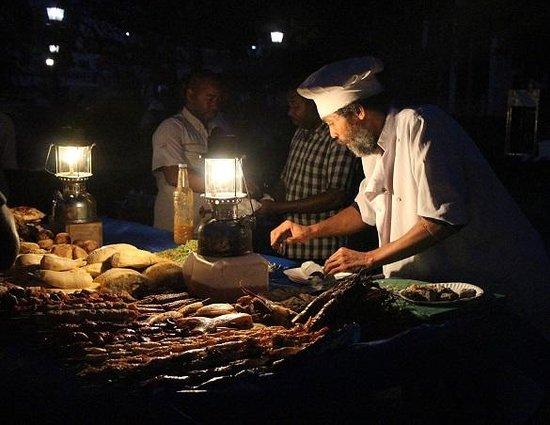 Forodhani Gardens : vendor plying his trade