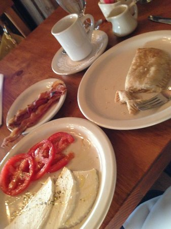 Hotel Chimayo de Santa Fe: Local cheese and apple turnover