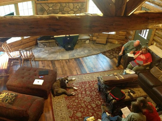 Roscoe Hillside Cabins: Looking down to the living room from the loft