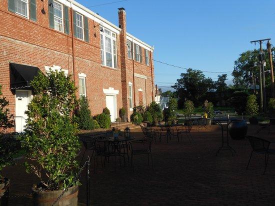Inn At The Olde Silk Mill : Back patio
