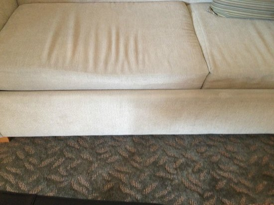 Manteo Resort - Waterfront Hotel & Villas: saggy, uncomfortable couch
