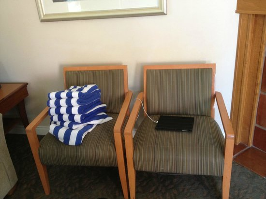 Manteo Resort - Waterfront Hotel & Villas : livingroom chairs