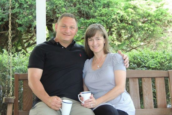 Colonial Pines Inn Bed and Breakfast: Morning coffee on the porch swing