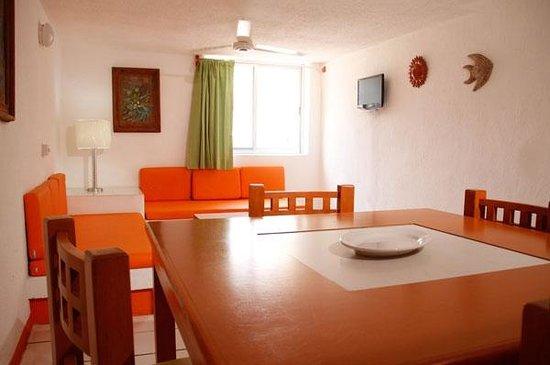 Suites Santa Barbara: Suite dining area