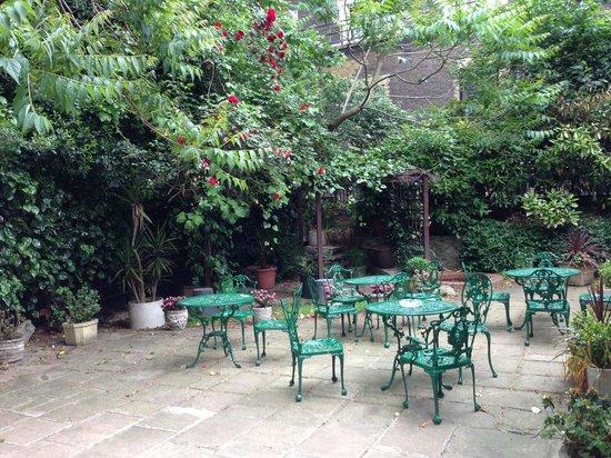 Grange Blooms Hotel: Courtyard