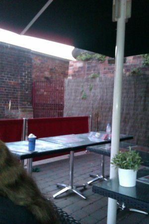 Frankie & Benny's New York Italian Restaurant - Kidderminster: rubbish on tables