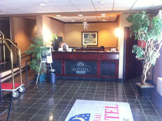 Chateau Repotel Duplessis: front desk