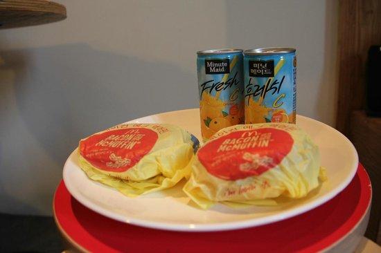 Hotel Yaja Seomyeon 1: Cheeseburger breakfast brought to your room