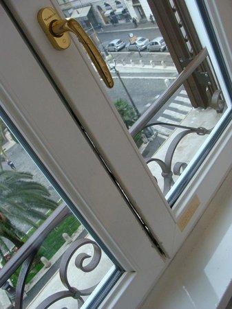 Al Viminale Hill Inn & Hotel: Janela com problema de vedação