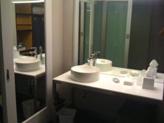 Aloft San Francisco Airport: Bathroom, July 14, 2013