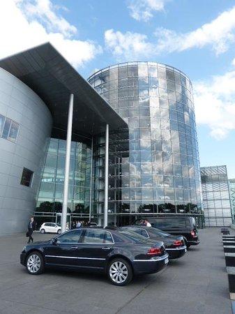 Die Gläserne Manufaktur von Volkswagen: The glass storage tower in the background