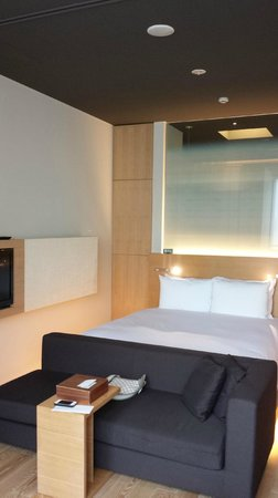 Hotel Kanra Kyoto: Double Bed with slim TV on side