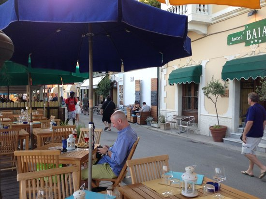 Hotel Baia : La Baia sidewalk restaurant