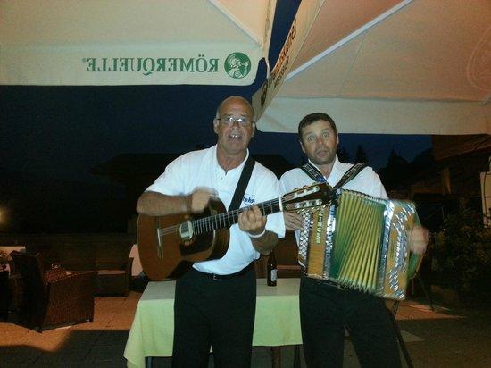 Hotel Alphof: Underhållning av två glada och  mycket duktiga joddlare och musiker.