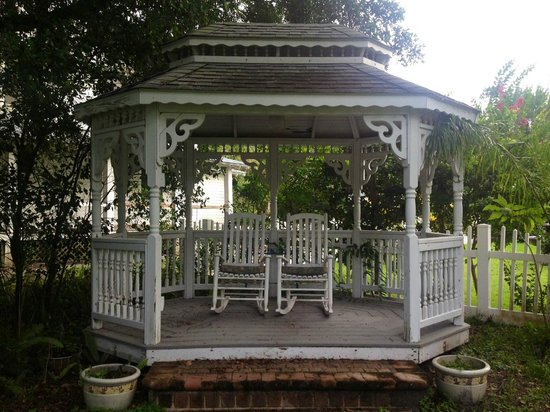 Three Oaks Bed and Breakfast: Gazebo