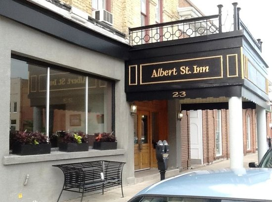 Albert Street Inn: Entrance door--use own key after 8:00 p.m.