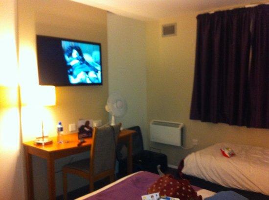 Premier Inn Runcorn Hotel: Huge tv!