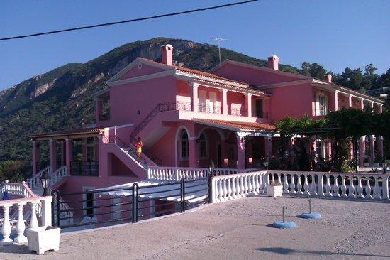 Hotel Elena Ermones: L'Hotel visto dalla piscina