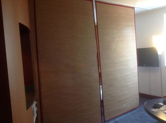 Novotel Suites Hannover City: Sliding screens divide the room if you wish