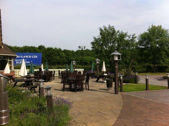 Premier Inn Runcorn Hotel: Enjoy a drink outside :)