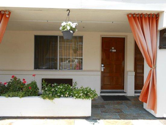 Millwood Inn & Suites: Puerta a la habitacion