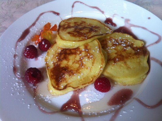 Green Door Bed and Breakfast : Ricotta pancakes with a hint of lemon and raspberry coulis