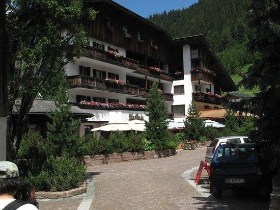 Hotel La Perla: La Perla located right next to the Col Alt skii lift