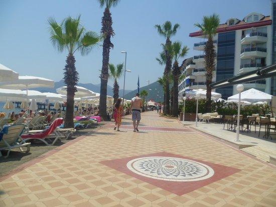 Hotel Marbella: Walk along beachfront to hotel
