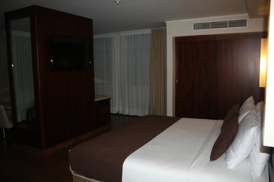 Hotel Reina Isabel: big, new king size bed and TV