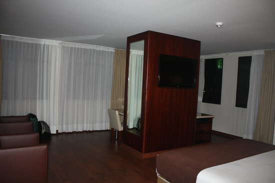 Hotel Reina Isabel: wrap around windows