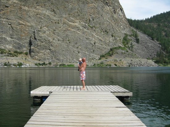 Gallagher Lake Lodge: Looking out off the dock area