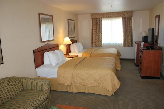 Quality Inn: Two Queen bed room with large sofa