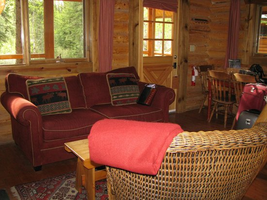Cathedral Mountain Lodge: Cabin Sitting Area