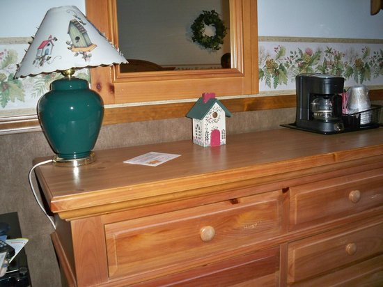 Main Street Motel: coffee and a fridge in room