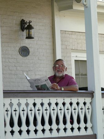 Hopkins Ordinary Bed & Breakfast : Enjoying the morning paper