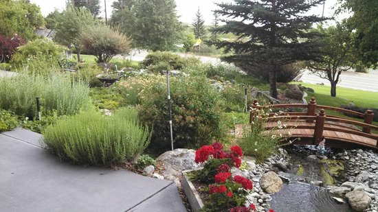 Bluebird Inn: Beautiful garden