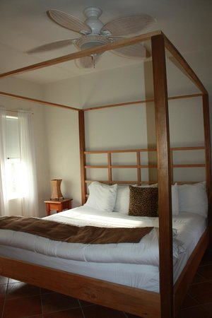 Caye Casa : Bedroom with AC and ceiling fan